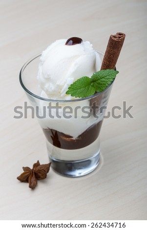 Ice cream with cinnamom and chocolate