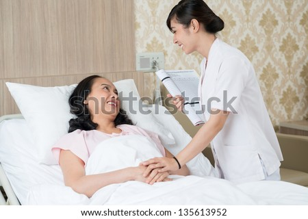 Image of a patient and a nurse talking in the hospital chamber