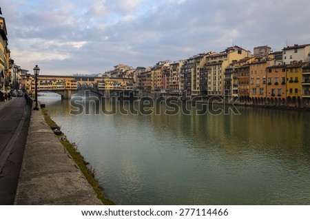 In the picture the old bridge over the River Arno , Florence .