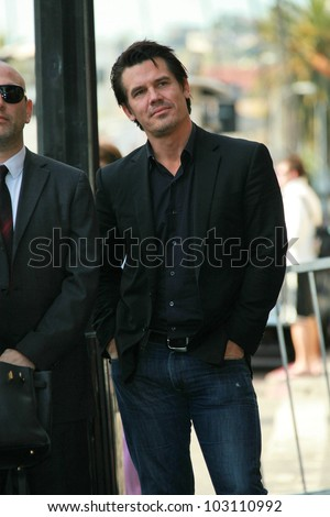 Josh Brolin at the induction ceremony for Mary Steenburgen into the  Hollywood Walk of Fame, Hollywood Blvd., Hollywood. CA. 12-16-09