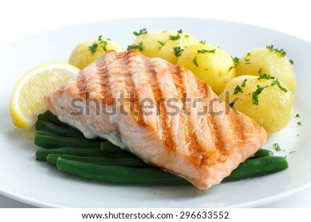 Juicy grilled salmon fillet with string beans and boiled potatoes.