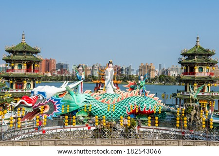 Kaohsiung - Taiwan: Kaohsiung's famous tourist attractions - Lotus Pond, many Chinese tourists to visit the area, of which the best known dragon towers,