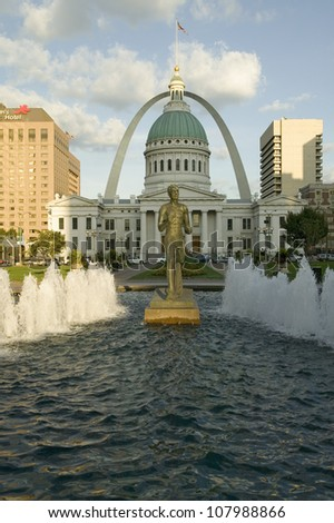 Kiener Plaza - The Runner�� fountain in front of historic Old Court House and Gateway Arch in St. Louis, Missouri