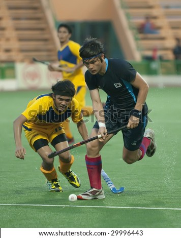 KUANTAN, MALAYSIA - MAY 9 : Korean Yeo Chang Yong (R) controls the ball away from Malaysian player at 8th AirAsia Men's Asia Cup 2009 hockey tournament May 9, 2009 in Kuantan, Pahang, Malaysia.