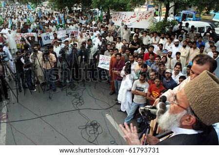 LAHORE, PAKISTAN-SEPT 26: Jamat-e-Islami (JI) Ameer, Syed Munawar Hassan addresses  Yakjehti (Solidarity) Kashmir rally in Lahore on Sunday, September 26, 2010. (Babar Shah/PPI Images).