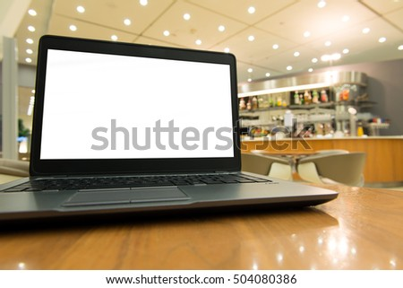 Laptop computer with blank screen at caf�©