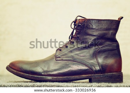 leather men's shoes in vintage style. Italian autumn and spring handmade shoes