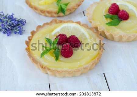 Lemon curd tartles with raspberry and mint horizontal