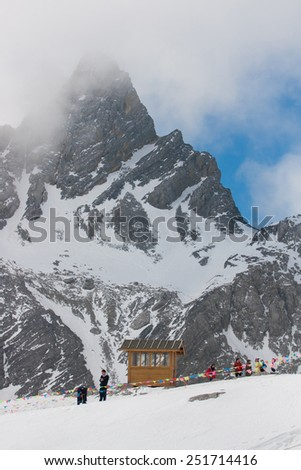 LIJIANG, CHINA - APRIL 13 : Unidentified peoples visit Jade Dragon Snow Mountain, It's highest peak is named Shanzidou (5,596 m or 18,360 ft) on April 13, 2009 in Lijiang, China