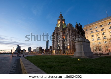 Liverpool Royal Liver Building and statue