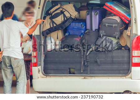 Loading many luggage in a taxi