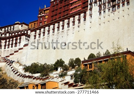 Local workers whitewashing the walls of the Potala palace with the Potrang Karpo and Marpo-Red and White palaces to the E.and W.at 3700 ms.high on Marpo Ri-Red Hill 300 ms.over the valley. Lhasa-Tibet - stock photo