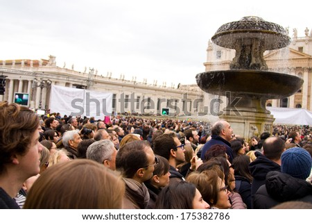LONDON - JANUARY 26TH: Unidentified people gather in st peters square to see the pope on the 26th of january in Rome, Italy. The pope makes an appearance every sunday at 12 noon. - stock photo