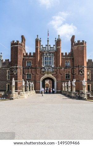 What is Hampton Courts architecture style during the Wolsey period?