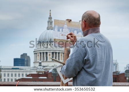 LONDON, UK - JUNE 19, 2009:  Artist Paints St Pauls Cathedral on a canvas from the Southbank