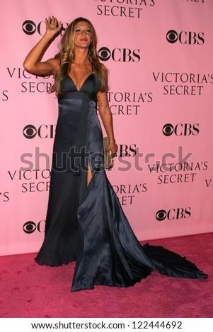 LOS ANGELES - NOVEMBER 16: Gisele Bundchen  arriving at The Victoria's Secret Fashion Show at Kodak Theatre on November 16, 2006 in Hollywood, CA. - stock photo