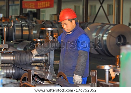 Luannan, November 19: a worker operating button in the workshop, in Huifeng Steel Corp workshop, in November 19, 2012, luannan county, china