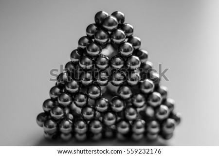 Magnetic beads pyramid in macro