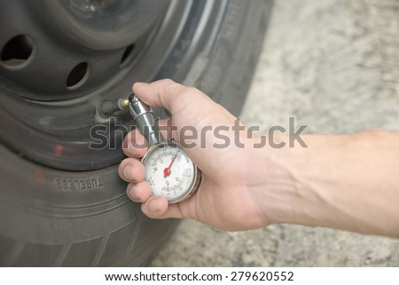 Male hand metering used tubeless tyre pressure with analog guage