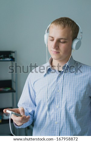 Man listening to music on smartphone