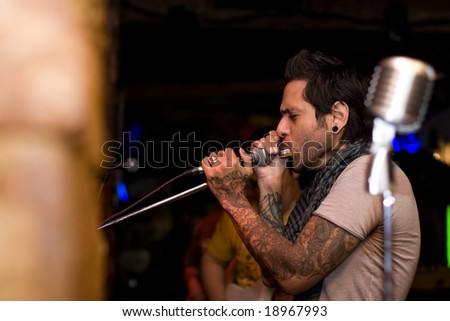 man with tattoo en concert