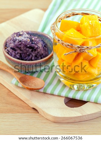 Mango with sticky rice. - The most popular dessert of Thailand.
