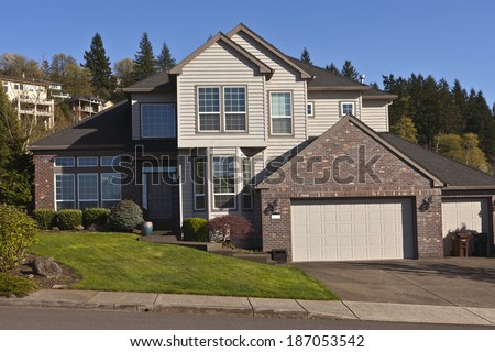 Manicured residential family house in Clackamas Oregon.