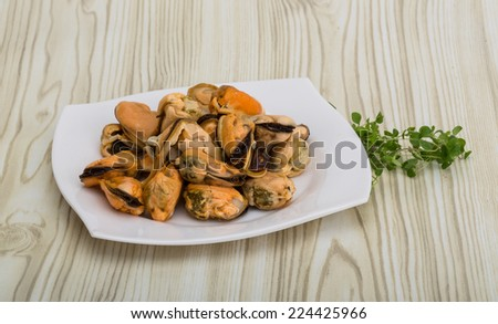 Marinated mussels - with thyme in the bowl