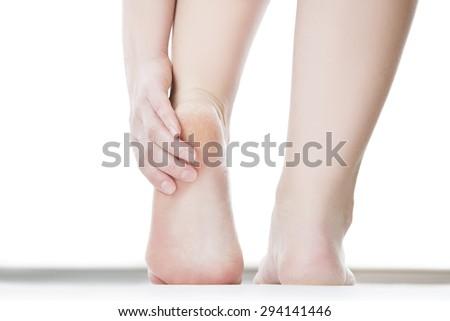 Massage chân nữ.  Móng chân.  Bị cô lập trên nền trắng.