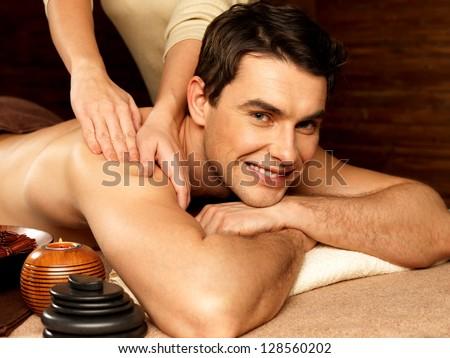 массаж парень делает девушке фото