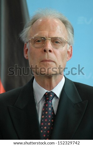 MAY 17, 2007 - BERLIN: Volker ter Meulen at a meeting with the German Chancellor on the climatic change in the Chanclery in Berlin.