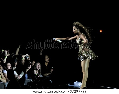 "MELBOURNE - SEPTEMBER 15 - Beyonce performs to a packed Rod Laver Arena in the first Australian show of her 2009 ""I Am..."" tour on September 15, 2009, in Melbourne, Australia - stock photo"