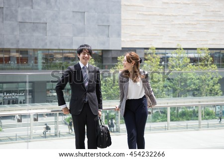 Men and women to chat in the office district (business image)
