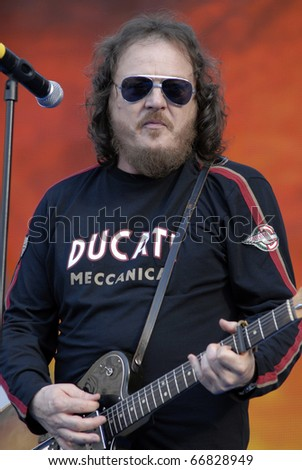 MILANO, ITALY - JUN 07: Zucchero during the Italian tv show 'Festivalbar' on June 07, 2007 in Milan, Italy
