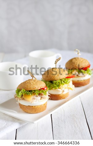 Mini breakfast burgers with egg and turkey
