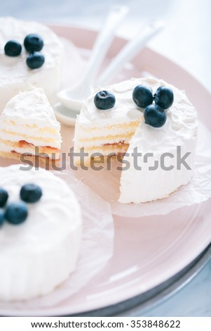 Mini cakes with berries