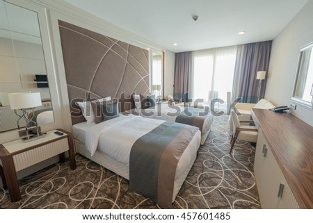 Modern hotel room big bed stockfoto lizenzfrei 457601485