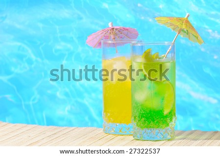 Mojito and Daiquiri cocktails against turquoise water background