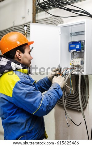 Montier installs a heat meter / The picture was taken in Russia. Heating systems for apartment houses and heat meters. 03/31/2017