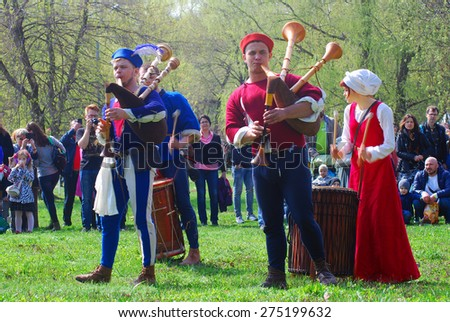 MOSCOW - MAY 02, 2015: Musicians dressed in vintage clothes play in Kolomenskoye park in Moscow.