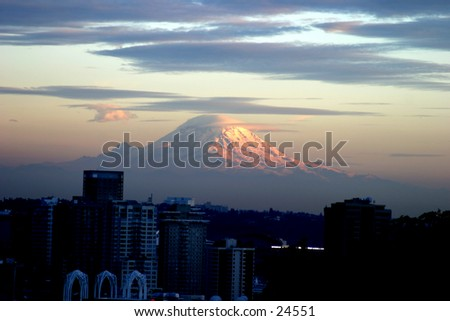 mt raineer at sunset with the seattle skyline
