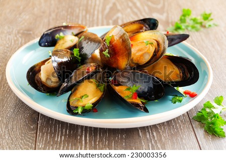 Mussels cooked in wine with parsley.