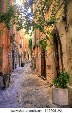 Narrow alley in Saint Tropez at C�´te d'Azur, France