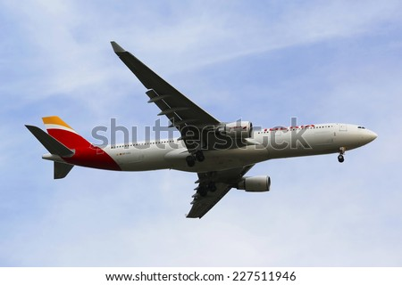 NEW YORK - OCTOBER 28: Iberia Airline Airbus A330 in New York sky before landing at JFK Airport on October 28, 2014.  Iberia is the flag carrier and the largest airline of Spain based in Madrid - stock photo