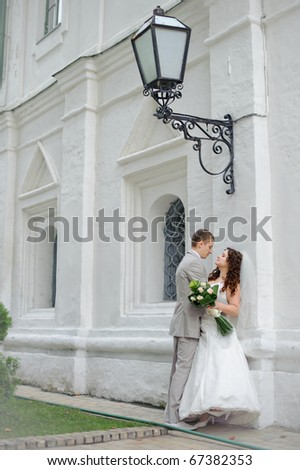 newlyweds hugging near a street lamp