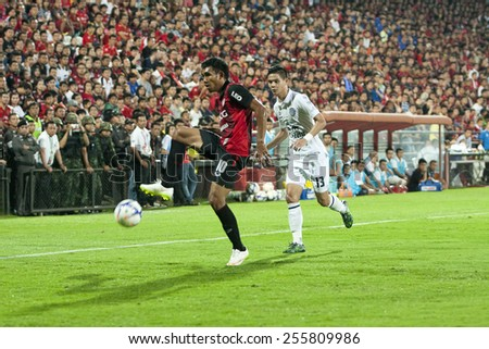 NONTHABURI THAI-FEB 21:Teerasil Dangda (L) player of SCG Muangthong in action during Thai Premier League2015 between SCG Muangthong Utd.and Buriram UTD.at SCG Stadium on February 21,2015 in,Thailand