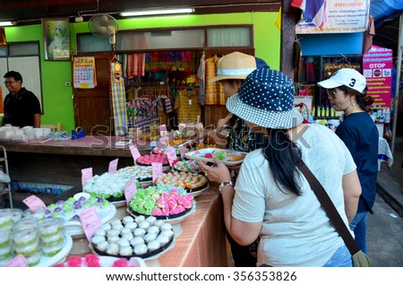 NONTHABURI, THAILAND - NOVEMBER 21 : Thai people select and shopping Auspicious Thai Desserts snack at Koh Kret Island on November 21, 2015 in Nonthaburi, Thailand.