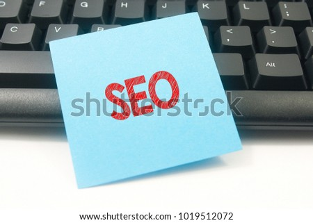 Note paper written SEO over keyboard button background