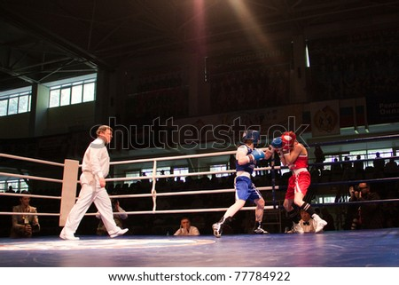 NOVOSIBIRSK - MAY 20: Russian Championship in women's boxing. The semi-final battle between  Gnevanova Svetlana(red) and Yarina Anastsiya(blue) on May 20, 2011, Novosibirsk Russia