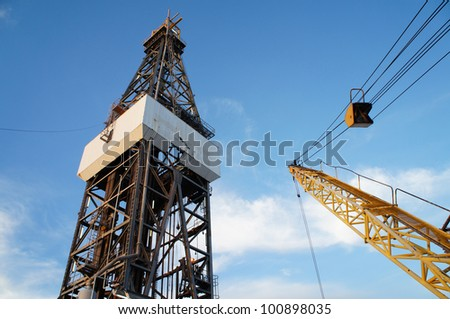 Offshore Oil Rig (Jack Up Rig) and Rig Crane